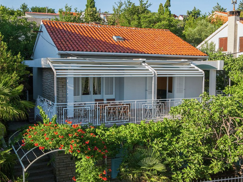 Charming holiday home 100m from the pebbly beach, big sea view terrace, garage, casa vacanza a Maslenica
