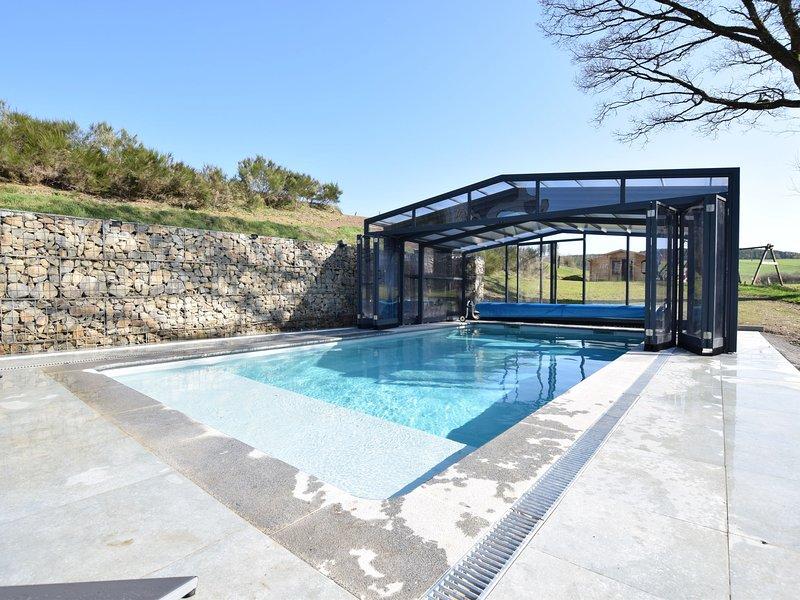 Luxury Villa in Nadrin Belgium with Sauna and Jacuzzi, holiday rental in Wibrin