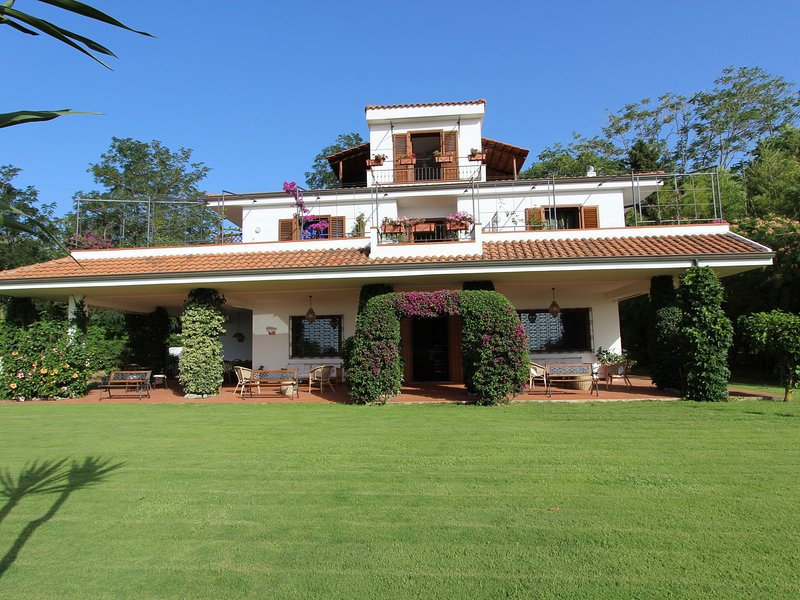 Beautiful villa is situated along one of the most charming coast-lines, alquiler vacacional en Torre Marino
