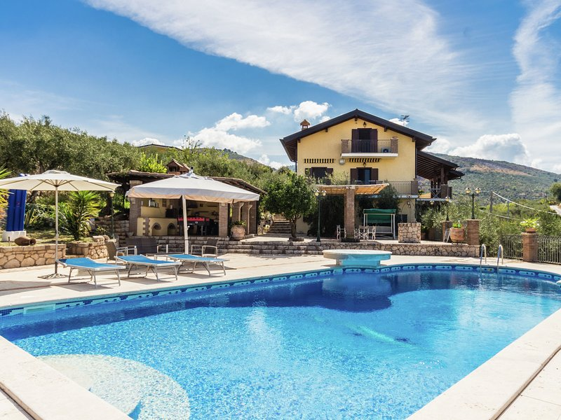 Peaceful Villa in Sonnino with Swimming Pool, holiday rental in Ceccano