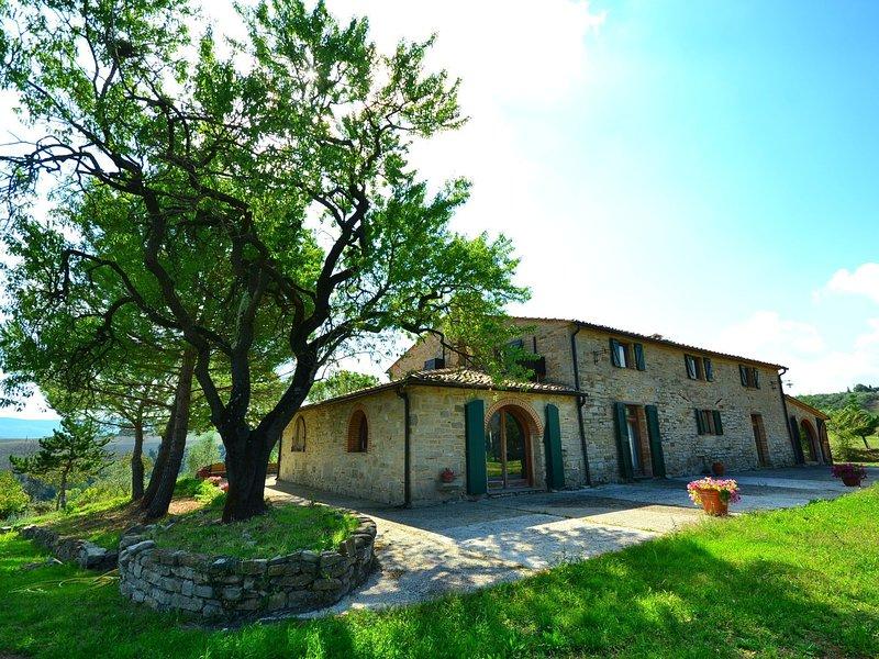A beautiful house with breathtaking view, large private pool, near Pisa, aluguéis de temporada em Chianni