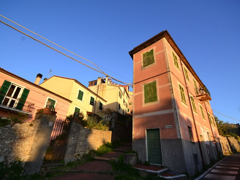 House with dreamy position above the village with views of sea and nature, vacation rental in Pugliola