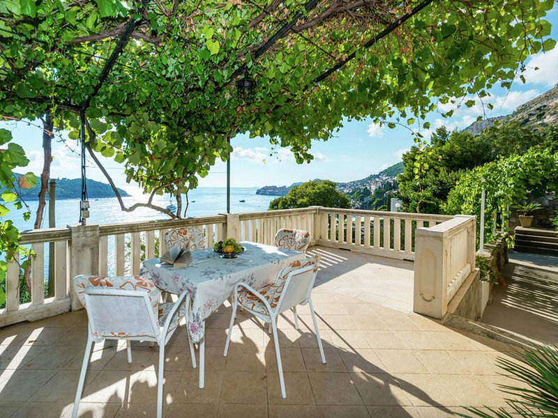Authentic unit overlooking Dubrovnik old town and Lokrum island, private terrace, holiday rental in Gornji Brgat