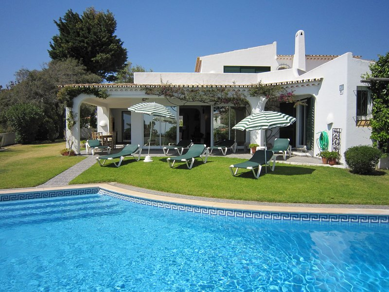 Fantastic Villa in Albufeira with Private Pool, holiday rental in Sesmarias