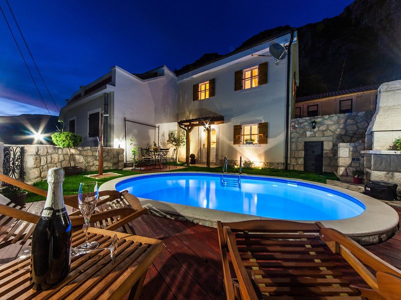 Gorgeous holiday home with pool and terrace  !, vakantiewoning in Lic