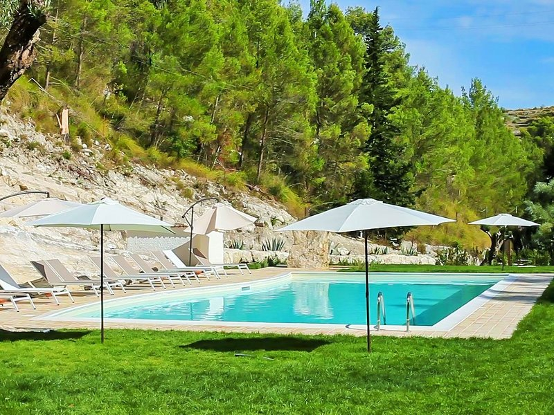 Charming cottage with private terrace surrounded by nature with shared pool, vacation rental in Giarratana