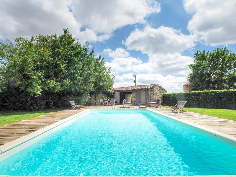 Attractive holiday home with private swimming pool and pool house in the Vendee, location de vacances à Sainte-Hermine