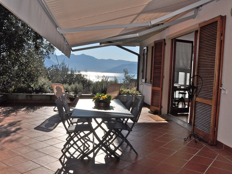 Apartment with a large terrace with a panoramic lake view, holiday rental in Bossico