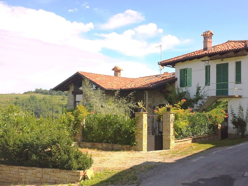 Panoramic accommodation in a authentic farmhouse completely renovated, vacation rental in Millesimo