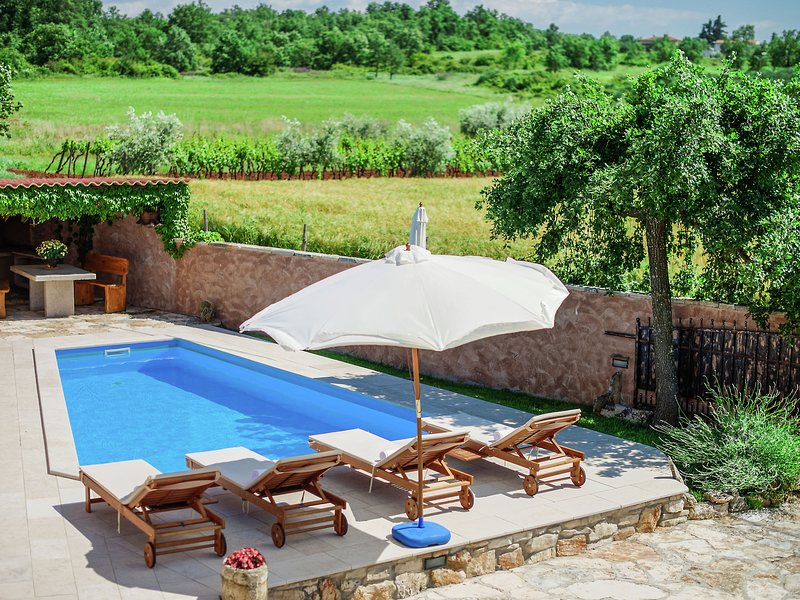 Pleasant Holiday Home in Porec with Garden, holiday rental in Rosini
