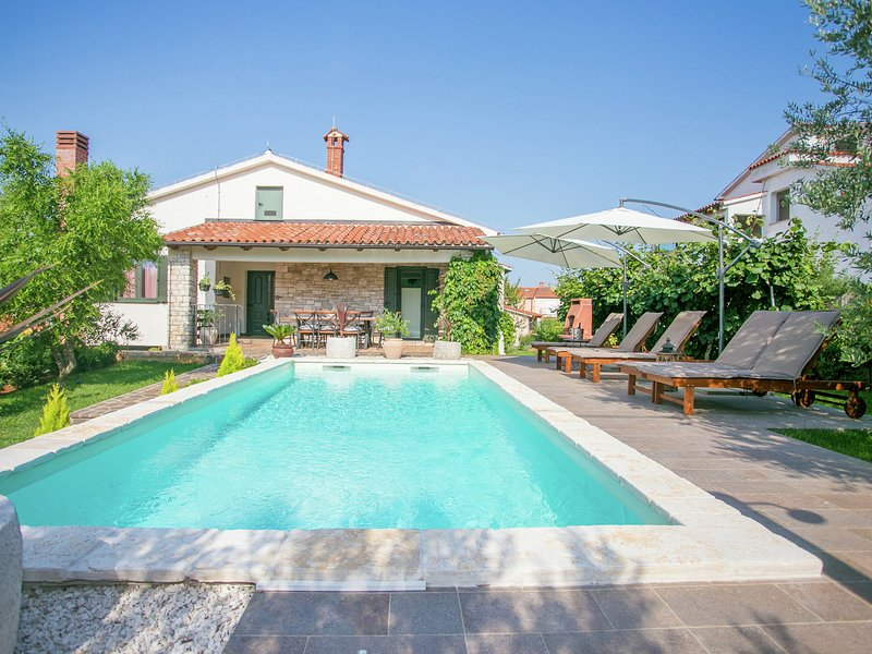 Comfortable Villa in Tar with Swimming Pool, vacation rental in Tar-Vabriga