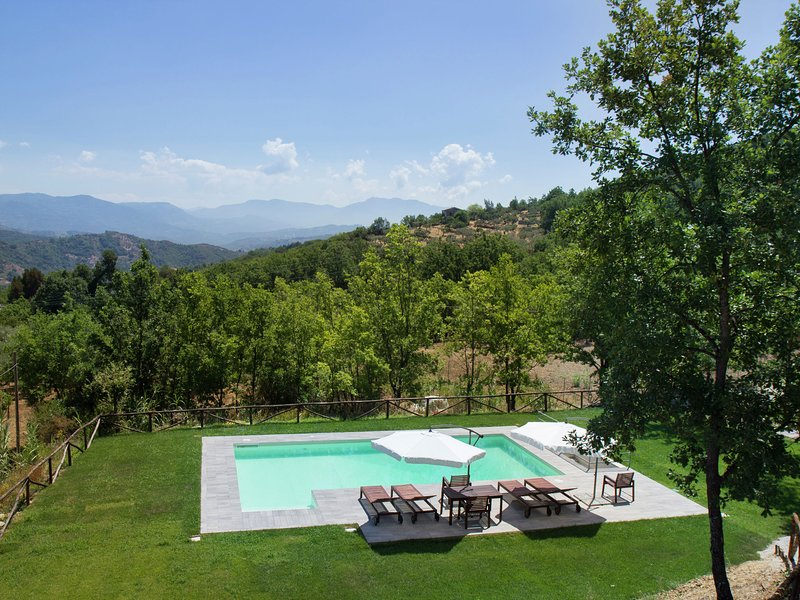 Adorable Holiday Home in Santa Lucia with Swimming Pool, holiday rental in Piano-Vetrale