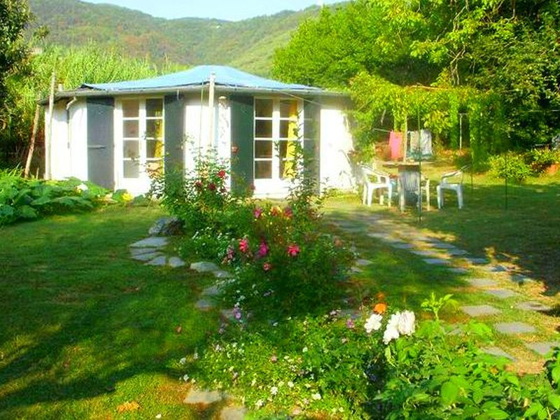 Cottage completely surrounded by a garden, away from traffic noise, close to sea, Ferienwohnung in Bocca di Magra