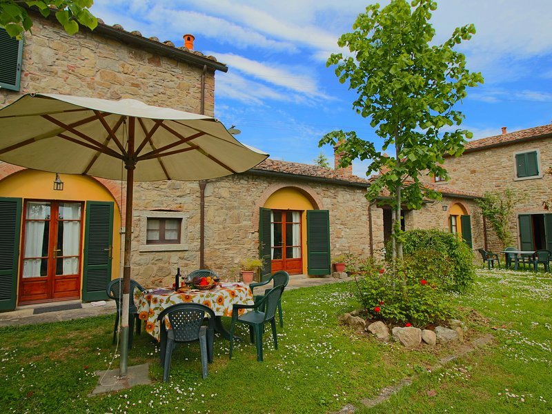 Farmhouse with private terrace, garden and pool, overlooking the town of Cortona, Ferienwohnung in Camucia