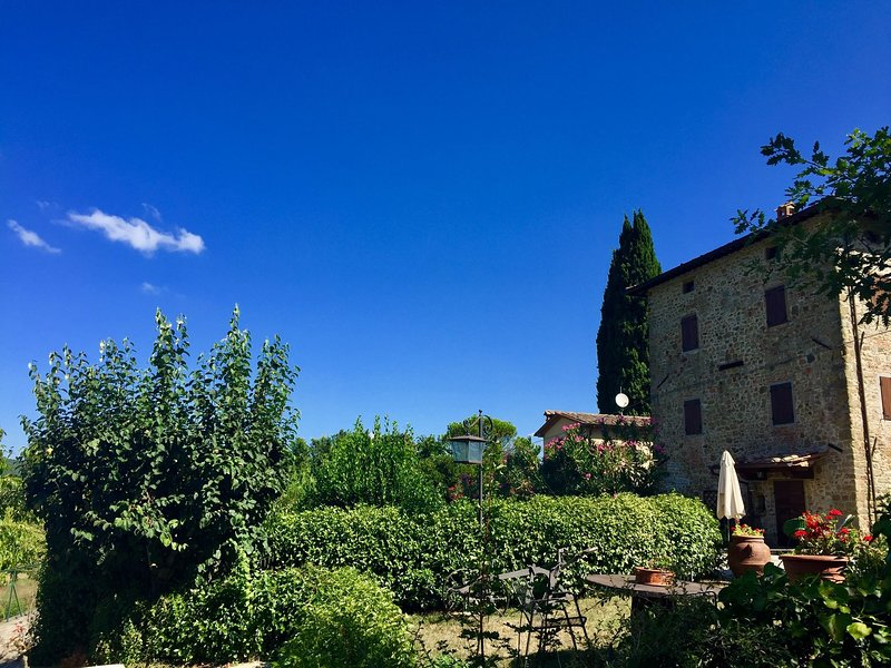 Atmospheric appartment with large, enclosed garden, pool and magnificent view, holiday rental in Monterchi