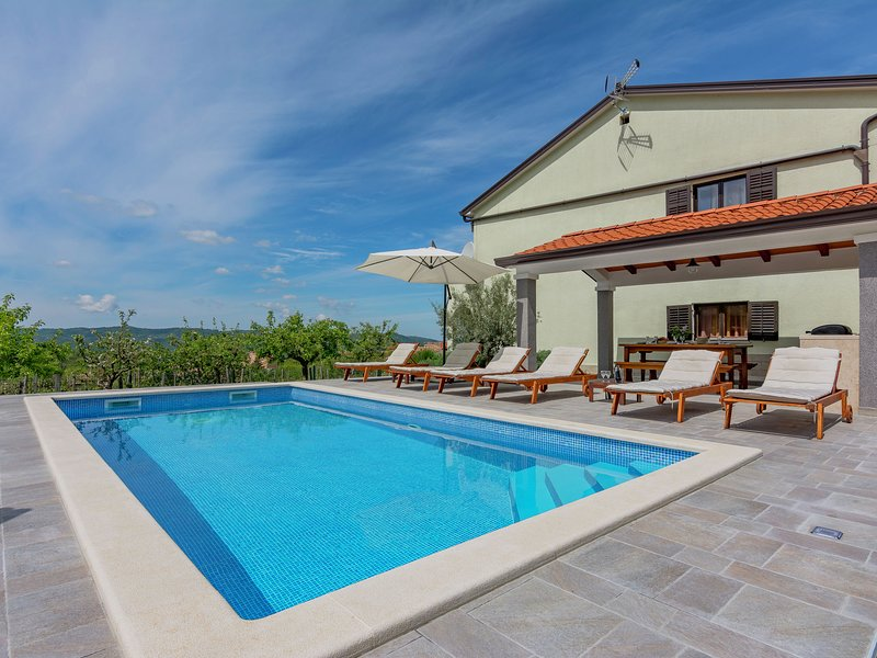 Comfortable apartment in the country-side with pool and garden, airco, parking, location de vacances à Krbune