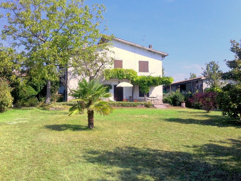 Cosy detached house, 4 km far from Lake Garda, big private garden with terrace, holiday rental in Bussolengo