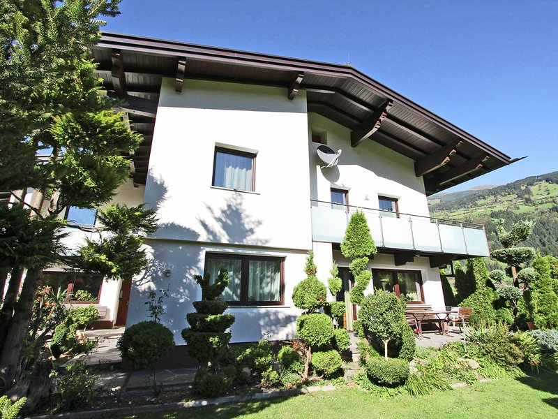 Cosy Apartment in Aschau im Zillertal, with ski-lift nearby, holiday rental in Mitterdorf