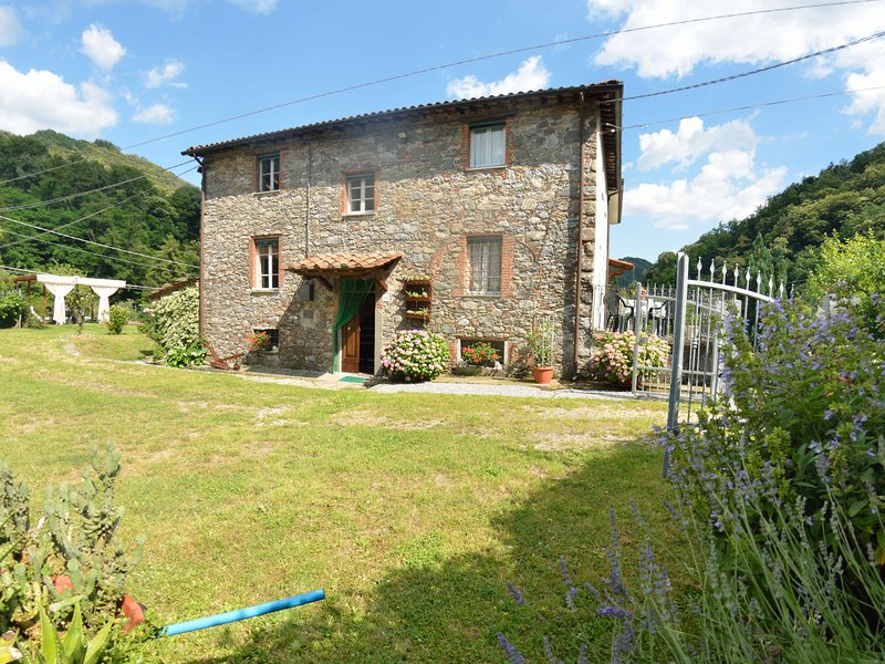 Gorgeous Cottage in Pescaglia with Swimming Pool, holiday rental in Convalle