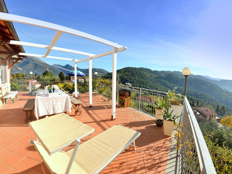 Comfortable house with panoramic terrace, a few km from the beaches, holiday rental in Stiava