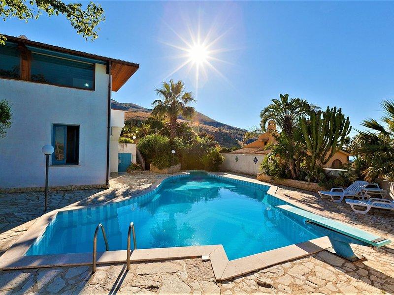 Equipped villa with private pool and panoramic sea views, vacation rental in Tonnara di Bonagia