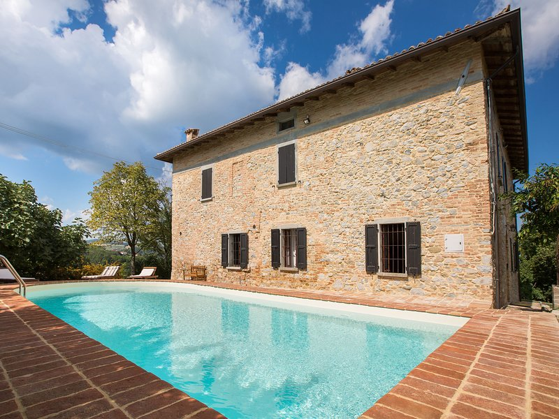 Luxurious Villa in Tabiano Castello with Swimming Pool, vacation rental in Vigoleno