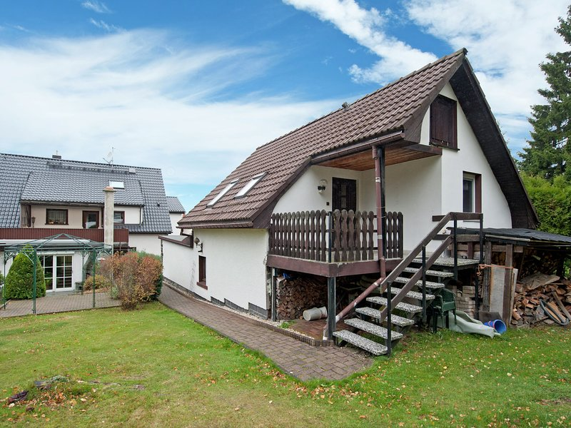 Cosily furnished holiday home in the Vogtland with terrace and swimming pool, location de vacances à Eibenstock