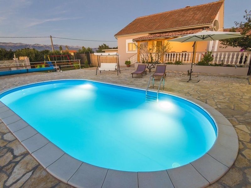 Charming holiday home with private pool,big roofed terrace, children's play area, location de vacances à Posedarje