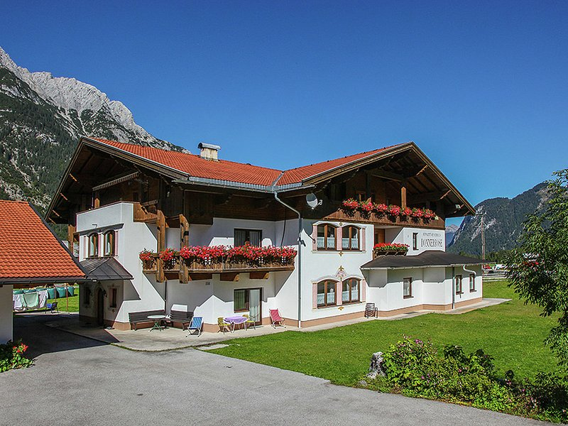 Lovely Aparment in Leutasch Tyrol with Meadow around, alquiler vacacional en Mittenwald