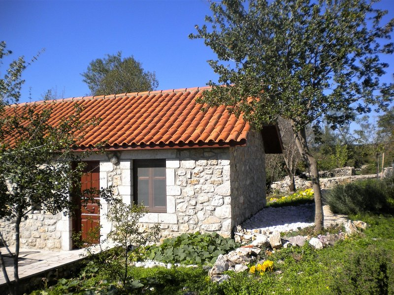 Cozy Holiday Home with Garden in Leonidio, casa vacanza a Leonidio