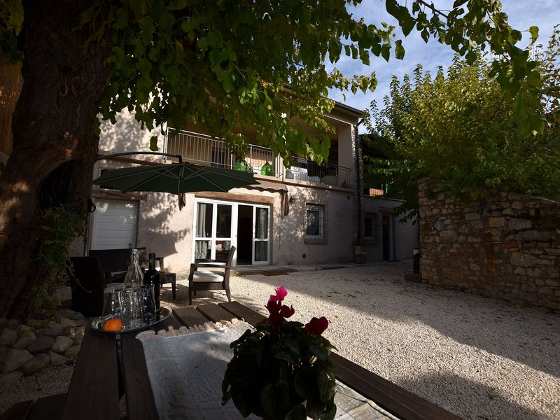 Ancient, renovated farmstead with private, equipped garden. Only 3km from the la, holiday rental in Torbole Casaglia