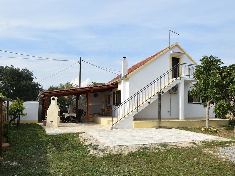 This pleasant holiday home is an ideal starting point to explore Dalmatia!, holiday rental in Stankovci