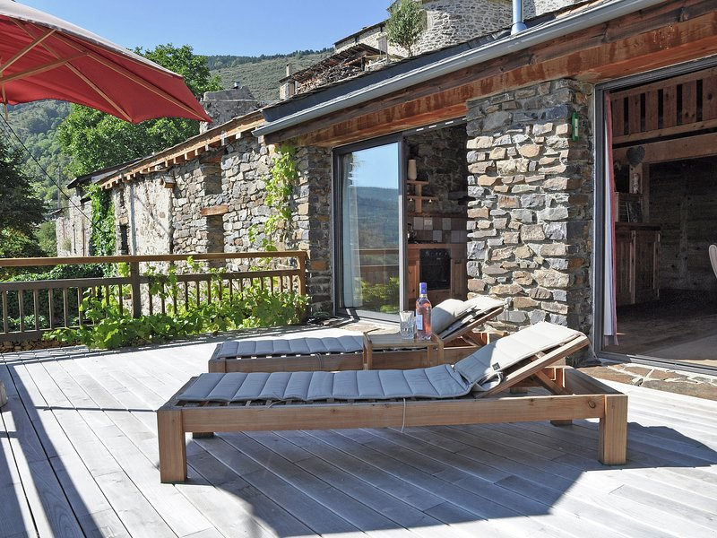 Superb chalet with unique views both summer and winter!, holiday rental in Fontpedrouse