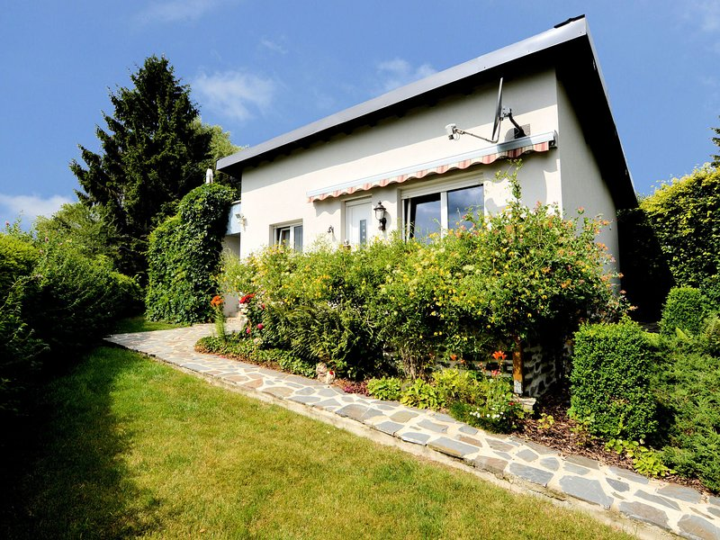 Comfortable and cosy little bungalow with garden, terrace and beautiful view., holiday rental in Lullange