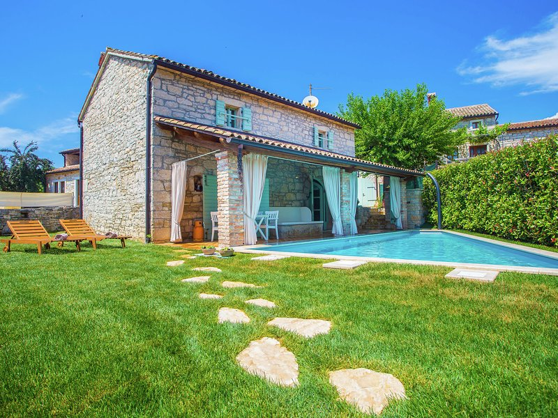 Wonderful Holiday Home near Sveti Lovrec with swimming pool, holiday rental in Vosteni