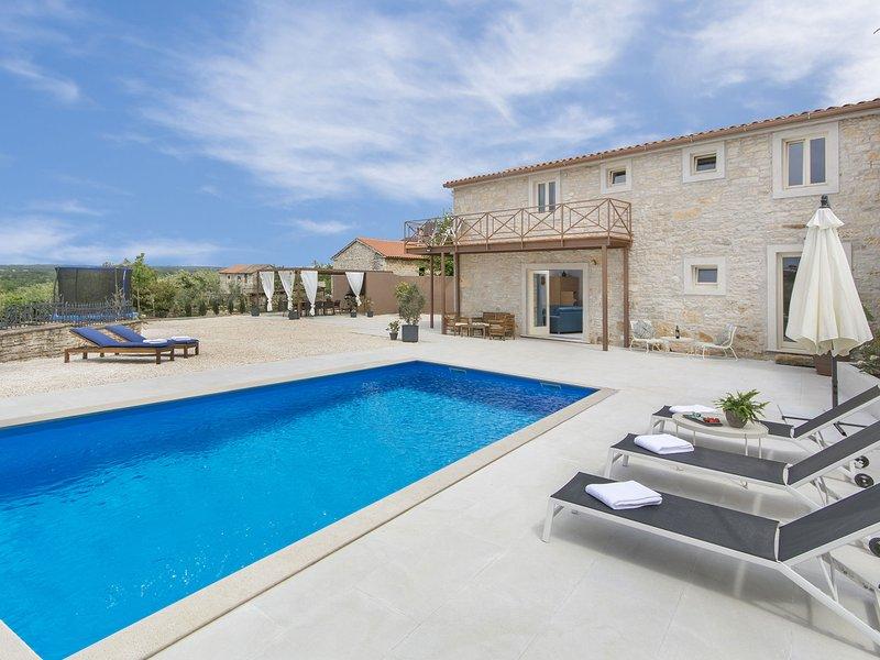 Top design and comfort together. Swimming pool, fenced yard, panoramic view..., aluguéis de temporada em Kruncici
