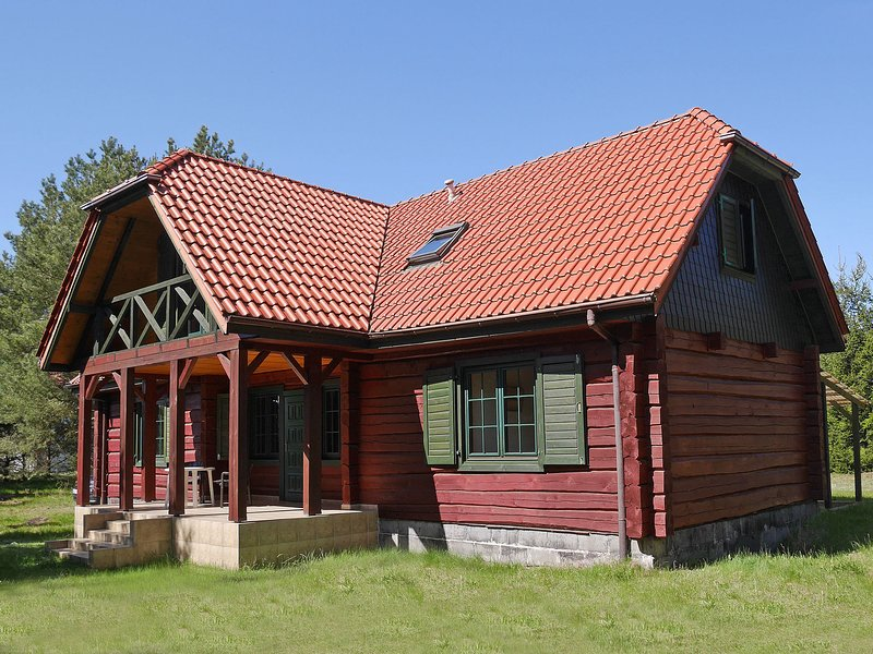 Wooden Cottage in Czarny Mlyn with garden and barbecue, location de vacances à Pomerania Province