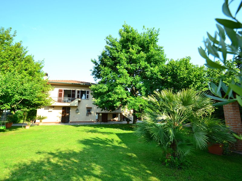 Tuscan Holiday Home with lush green garden and sea nearby, holiday rental in Avenza