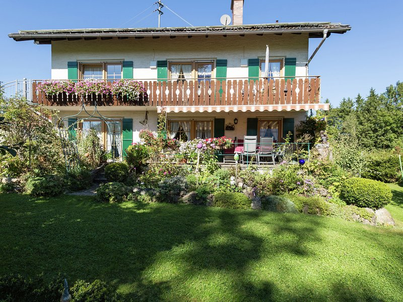 property with balcony on the edge of the forest., holiday rental in Rottenbuch