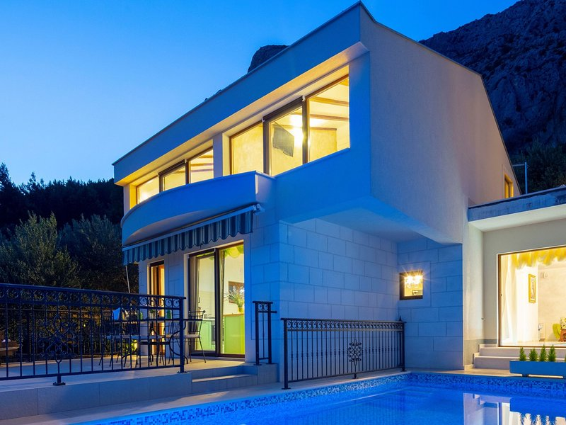 Stunning views hill side villa with infinity pool & indoor floor aquarium, location de vacances à Marasi