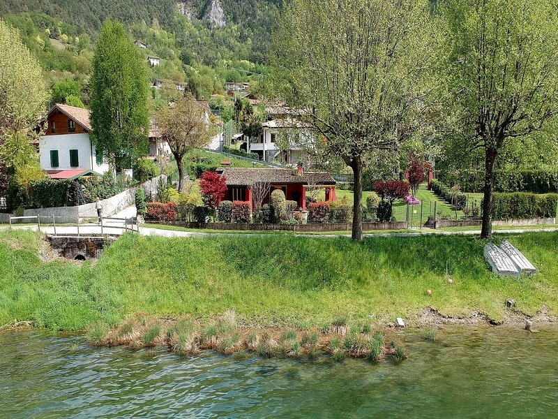 Idyllic cottage right next to the beautiful Lake Idro, with spacious garden, holiday rental in Bondone