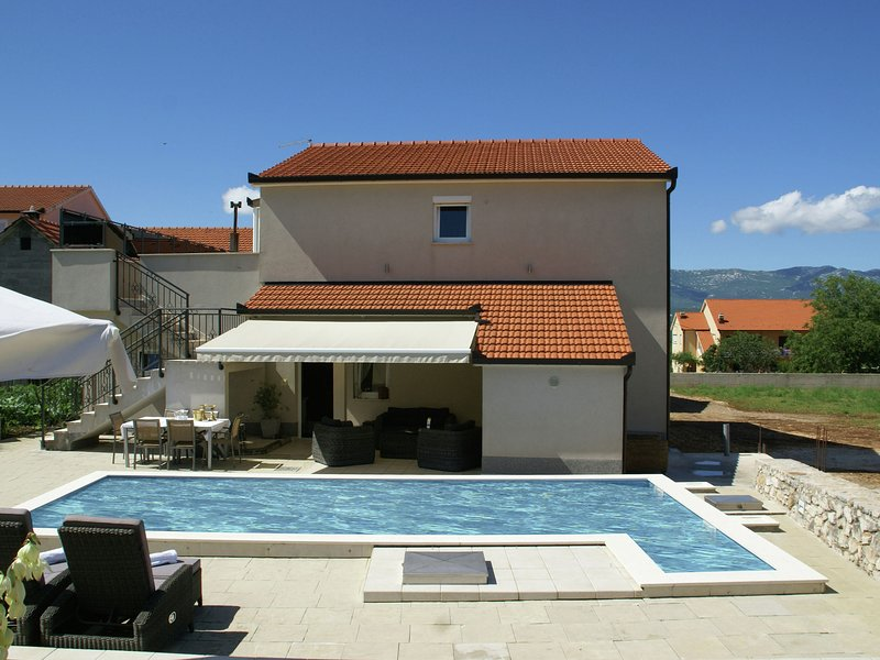 Fantastic villa with private pool in the green hinterland of Split, vacation rental in Vedrine