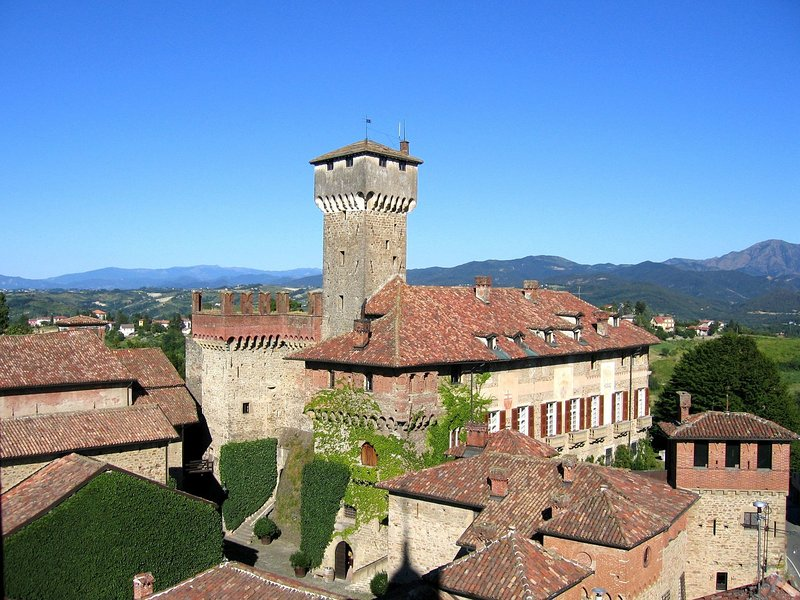 Beautiful Castle in Tagliolo Monferrato with Barbecue, vakantiewoning in Trisobbio