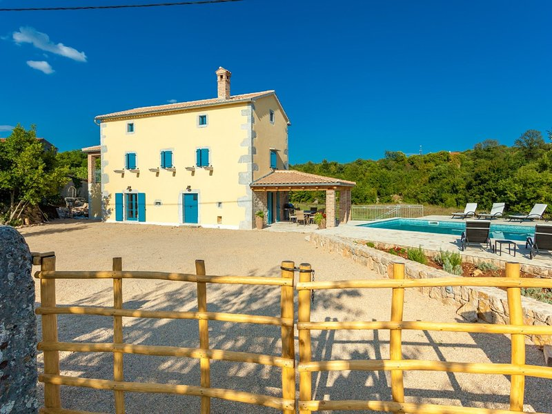 Gorgeous villa with private swimming  pool and covered terrace !, aluguéis de temporada em Nenadici