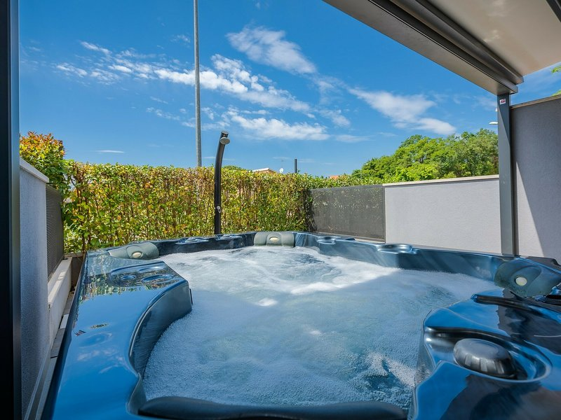 Modern holiday home with terrace and outdoor jacuzzi !, holiday rental in Veli Maj