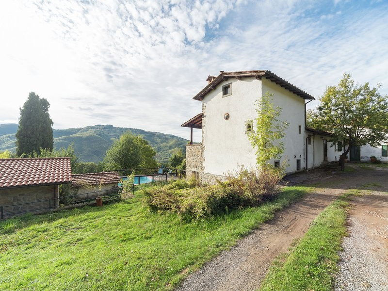 Surrounded by nature but still within walking distance of the village, location de vacances à Popiglio