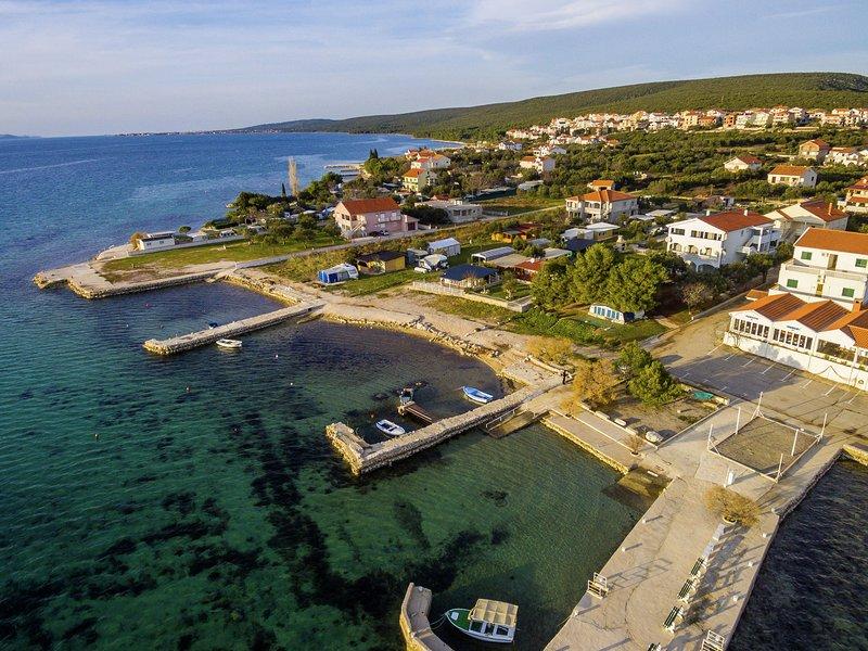 Modern apartment with direct sand beach access, private parking, Wifi, aluguéis de temporada em Sveti Petar na Moru
