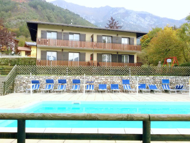 Renovated apartment with lake view, swimming pool, wifi, in Val di Ledro, vakantiewoning in Tiarno di Sotto