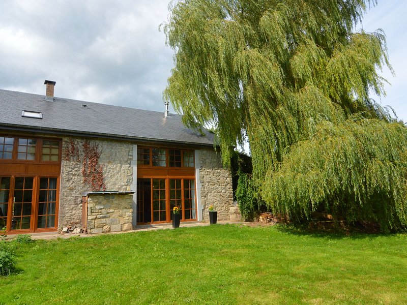 Charming stone house near the historic center of Durbuy, casa vacanza a Barvaux