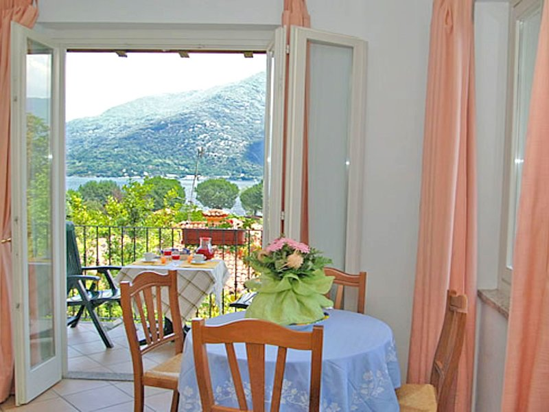 Peacefully situated apartment with private beach, holiday rental in Cannobio